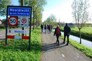 Leden van Wandelwerkgroep Mooi Zuidplas weer terug in de bebouwde kom van Moordrecht