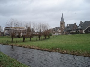 034-De Dreef (zicht op terp-kerk-Torenstraat)