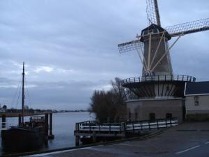"""Molen """"Windlust"""" aan de IJssel bij Nieuwerkerk"""